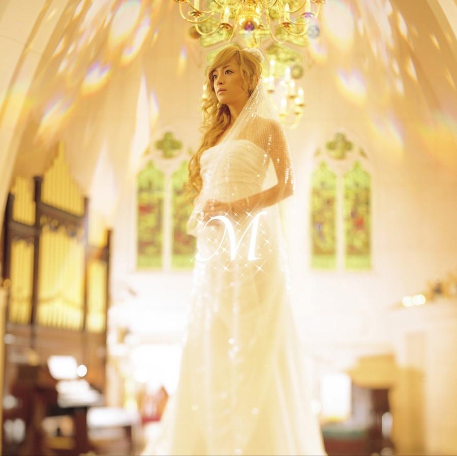 チャペルの中で白いウェディングドレス姿でたたずむ浜崎あゆみ